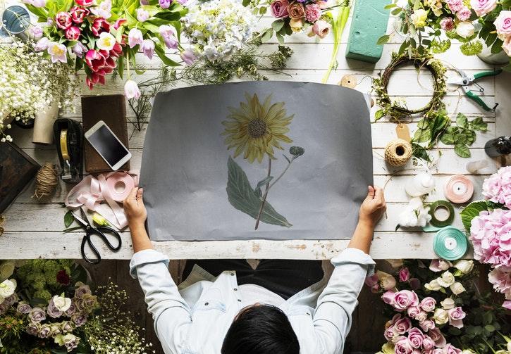 Kvinna håller i målning